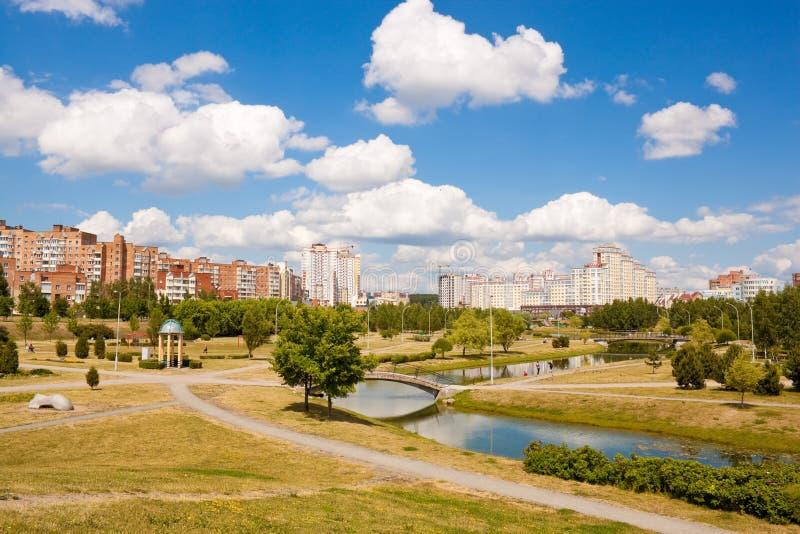 Park en rivier in Minsk, Wit-Rusland royalty-vrije stock afbeeldingen