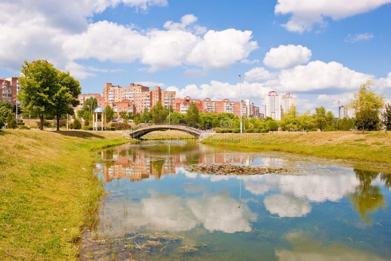 Park en rivier in Minsk, Wit-Rusland stock foto's