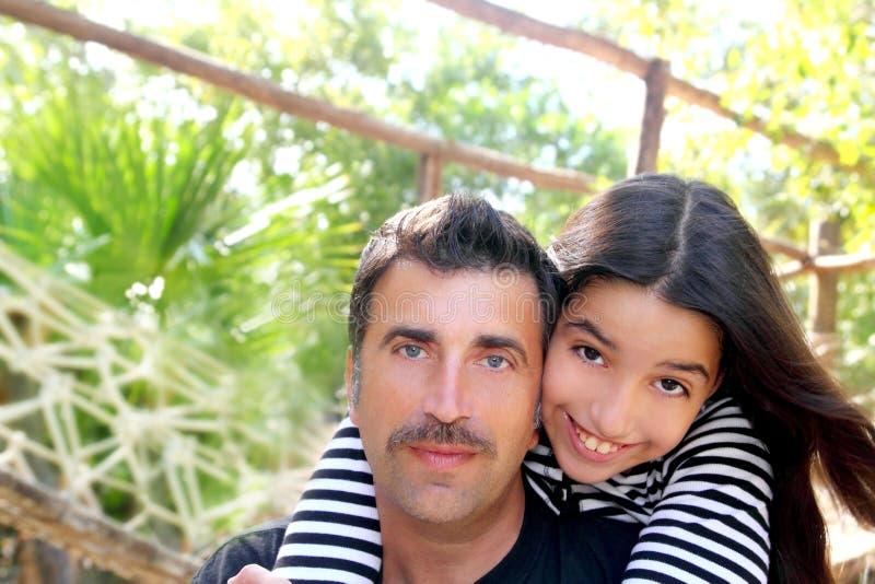 park för latinamerikansk kram för dotterfader teen latinsk arkivfoto