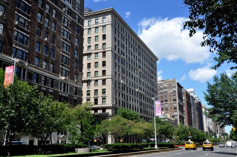park för nyc för lägenhetavenybyggnader arkivfoto