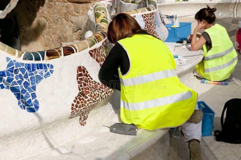 Park Guell deckt Wiederherstellung - Barcelona - Spanien mit Ziegeln stockfotos