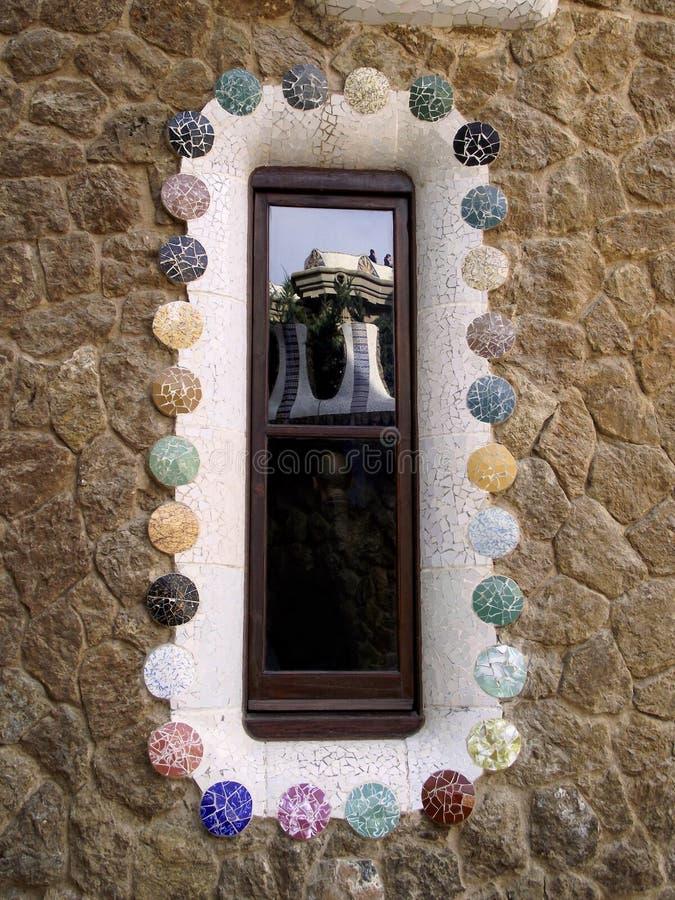Park Guell reflektierte an sich - Barcelona/Spanien stockbilder