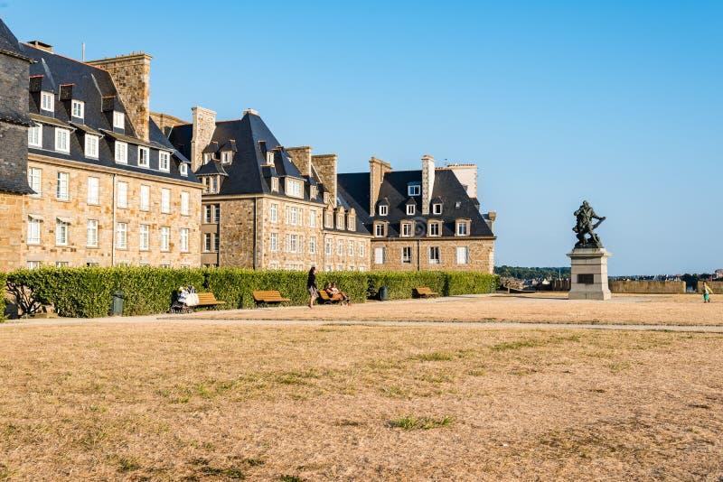 Park i deptak na ramparts Saint Malo obrazy royalty free