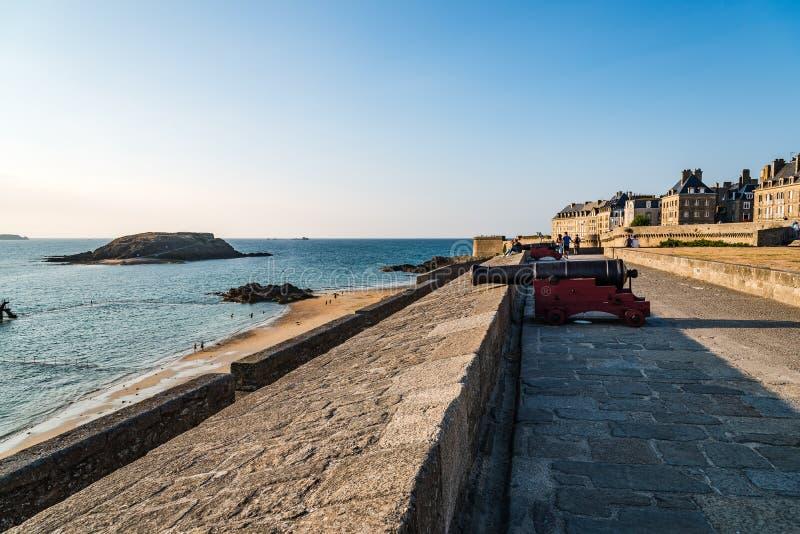 Park i deptak na ramparts Saint Malo zdjęcie royalty free