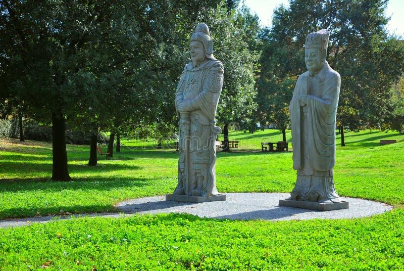 Park met Chinese standbeelden stock afbeelding