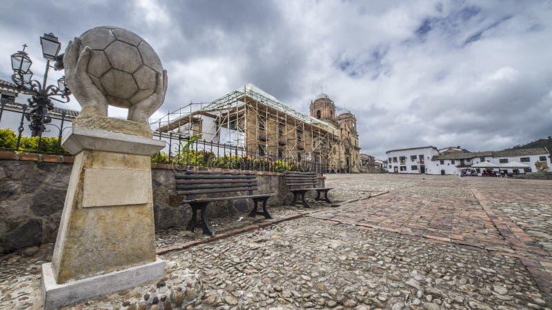 Park met een monument van een voetbalbal royalty-vrije stock foto