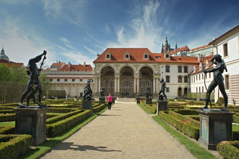 Park met standbeelden in Waldstein-tuin, Mala-strana, Praag - Senaat stock foto's