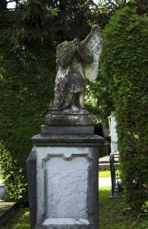 Park met verspreid beeldhouwwerk bij de begraafplaats in Kroatië stock foto's