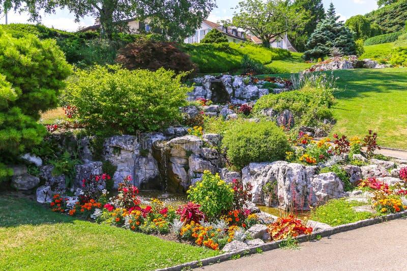 Park mit Brunnen und schönem Garten stockfotos