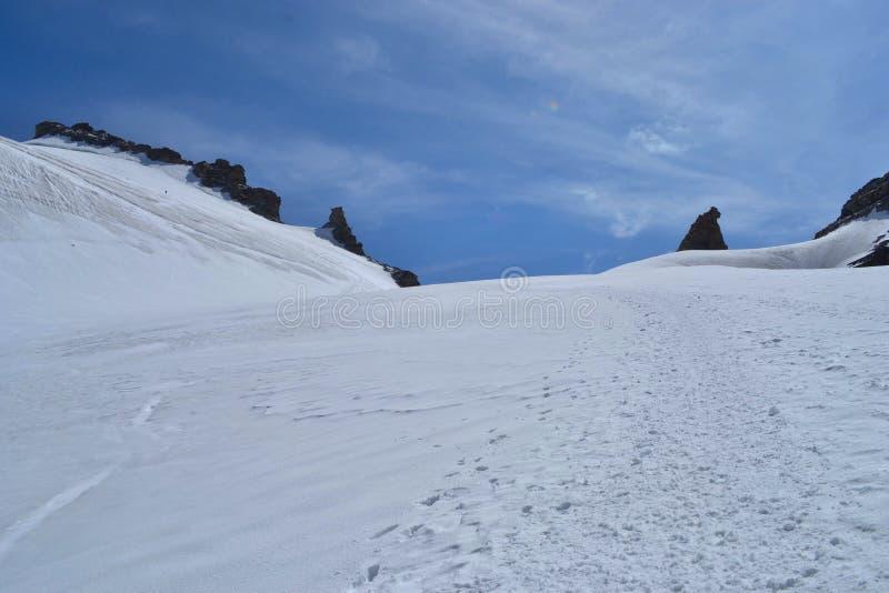 Park Narodowy Gran Paradiso, Włochy Wspinanie się na szczyt góry Gran Paradiso 4 061 m z kotami i siekierą obraz stock