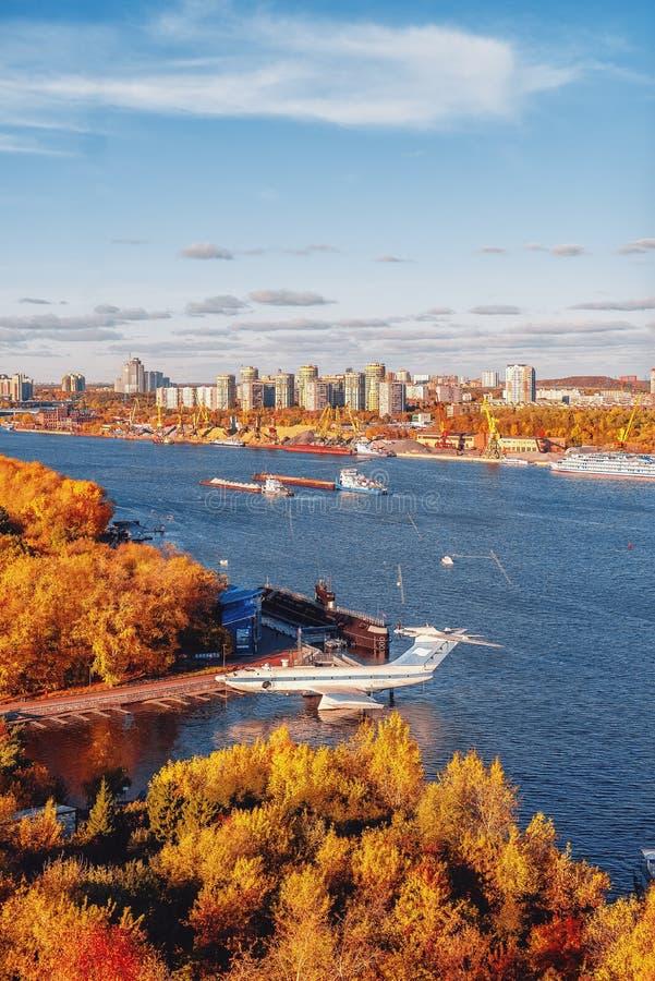 Park ` Noordelijke Tushino ` De mening van het de herfstpark van hierboven Ekranoplan Het Kanaal van Moskou royalty-vrije stock afbeeldingen