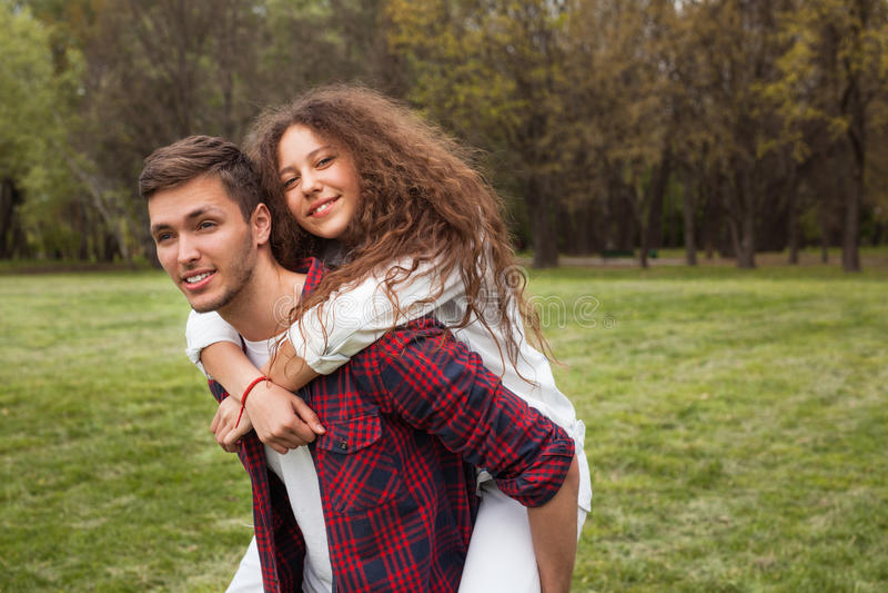 park pary nastolatków obrazy stock