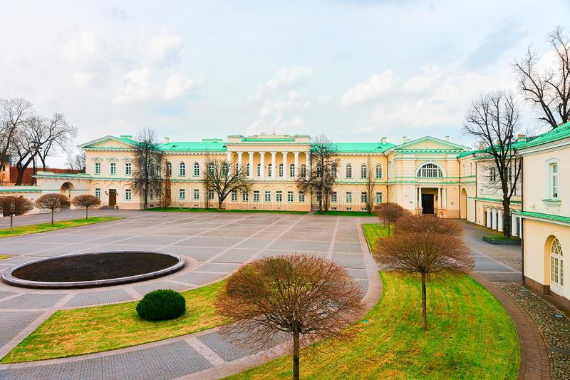 Park am Präsidentenpalast im alten Stadtzentrum Vilnius Litauen stockfotografie