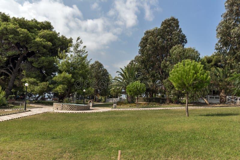Park przy Metamorfosi plażą przy Sithonia półwysepem, Chalkidiki, Środkowy Macedonia, Grecja zdjęcie stock