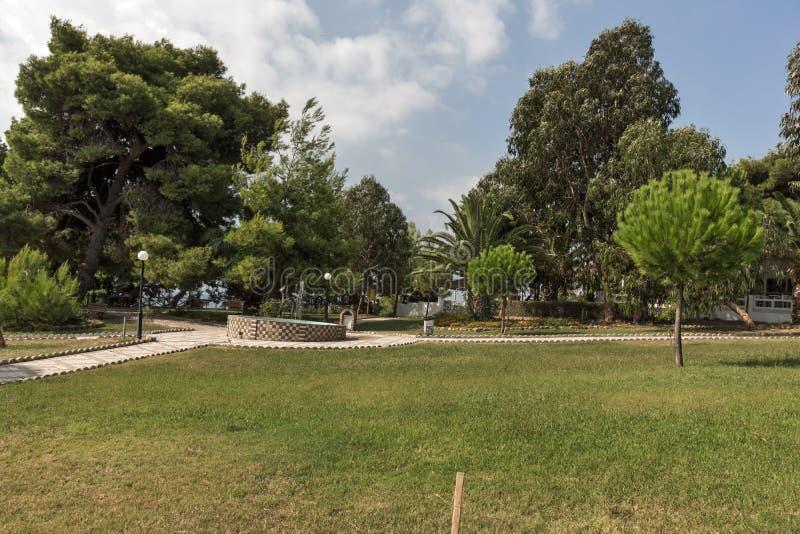 Park przy Metamorfosi plażą przy Sithonia półwysepem, Chalkidiki, Środkowy Macedonia, Grecja zdjęcia royalty free