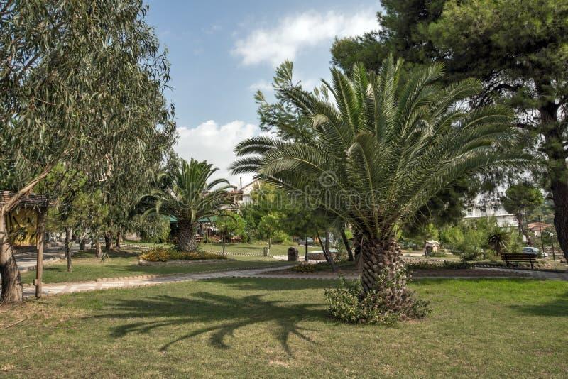 Park przy Metamorfosi plażą przy Sithonia półwysepem, Chalkidiki, Środkowy Macedonia, Grecja obrazy stock
