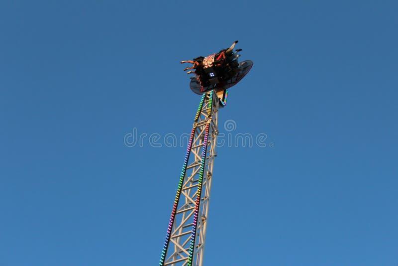 Park rozrywki, niebezpieczne przejażdżki w parku rozrywki, przyciąganie z nastroszoną, podniecającą fabułą, obrazy stock
