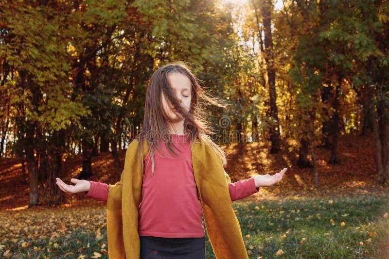 Park van de het meisjesaard van de de herfst het bosvrije tijd vreedzame stock fotografie