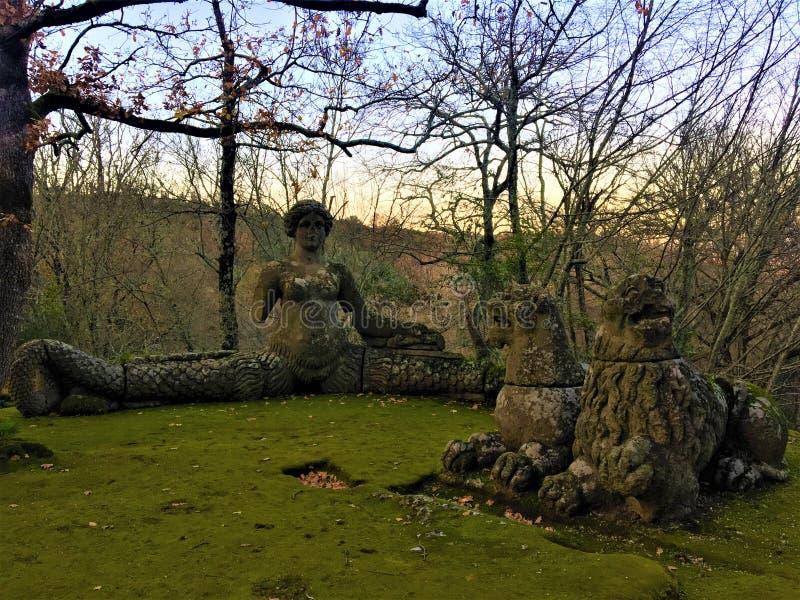 Park van de Monsters, Heilig Bosje, Tuin van Bomarzo Leeuw en leeuwinrust met een sirene stock fotografie