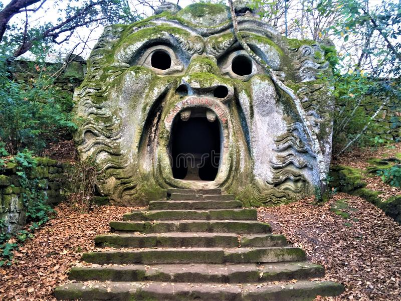 Park van de Monsters, Heilig Bosje, Tuin van Bomarzo Orcusmond en alchimie stock afbeelding