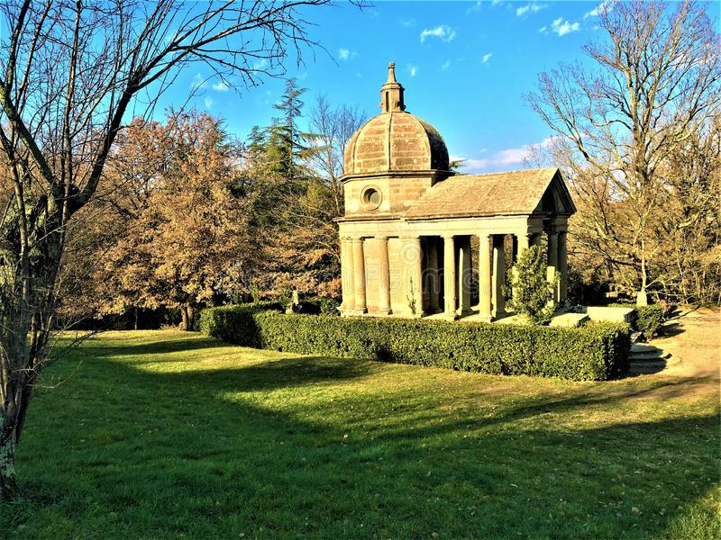 Park van de Monsters, Heilig Bosje, Tuin van Bomarzo Tempel van Eeuwigheid, herdenkings aan Giulia Farnese stock fotografie
