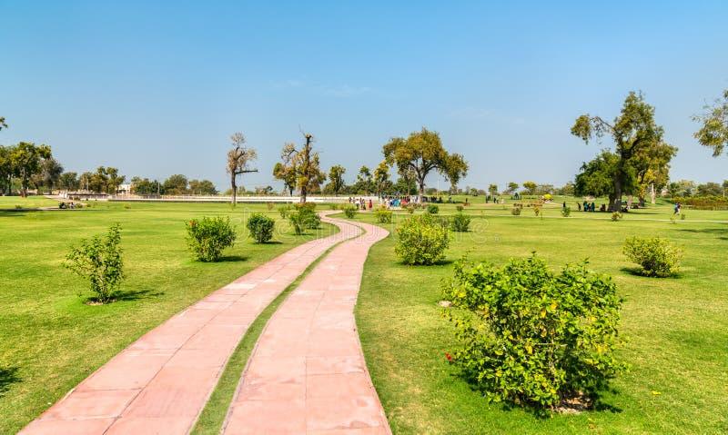 Park van Rani Ki Vav, ingewikkeld geconstrueerd stepwell in Patan - Gujarat, India stock foto
