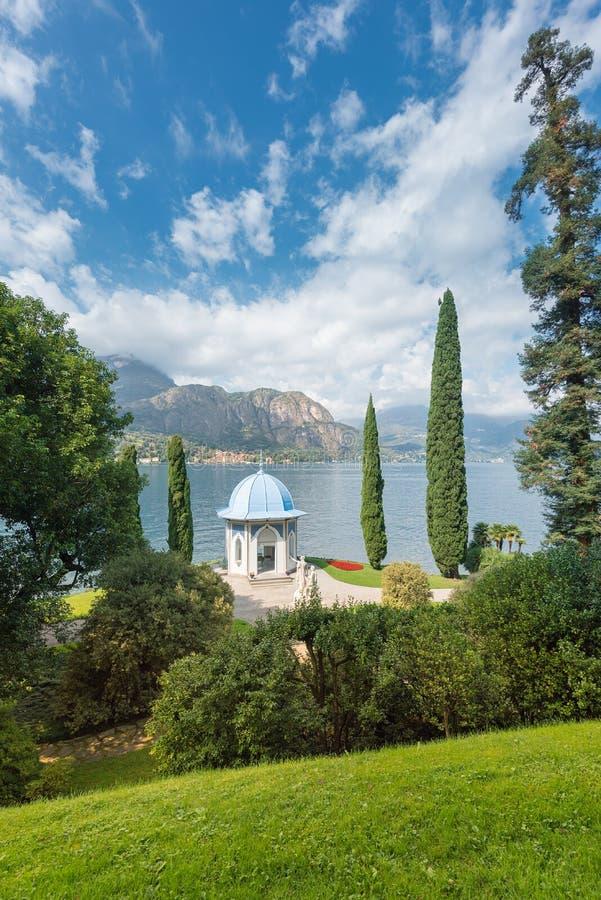 Park van Villa Melzi in Bellagio met zijn beroemd theehuis royalty-vrije stock afbeelding