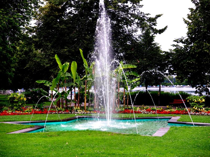 Park w Lindau przy Bodensee z wodnym fontaine w Niemcy w lato czasie obraz stock