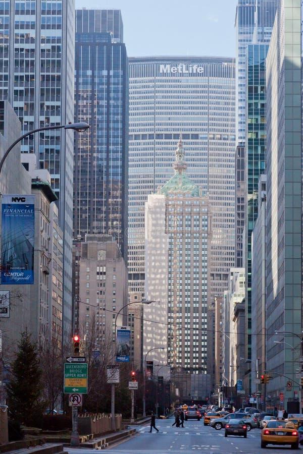 Park-zentrale Allee und Metlife Gebäude New York stockbilder