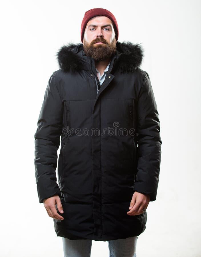 Parka куртки бородатой стойки человека теплый изолированный на белой предпосылке Как выбрать самую лучшую куртку зимы Погода упор стоковая фотография rf