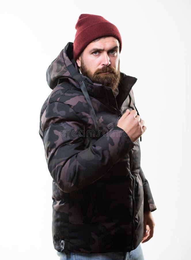 Parka куртки картины камуфлирования стойки человека теплый с клобуком изолированным на белой предпосылке Мода зимы хипстера Зима стоковое фото