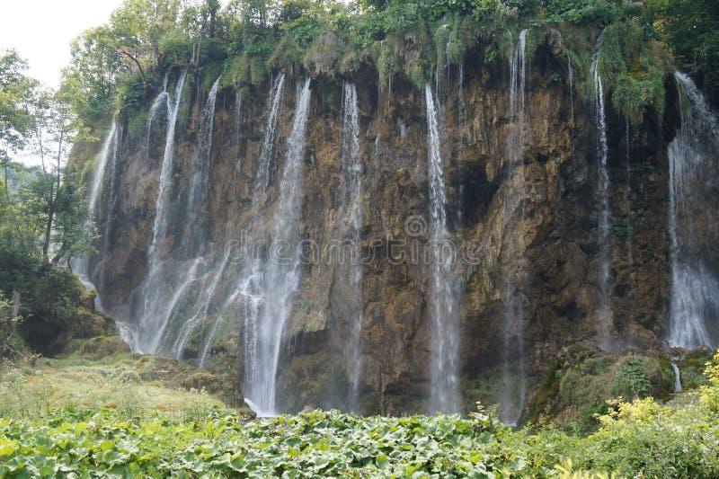 Parka Narodowego Plitvice jeziora Chorwacja - Piękne siklawy na słonecznym dniu obrazy stock