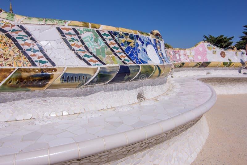 Parkbänke mit Mosaikfliesen vom Park Guell in Barcelona, Spanien lizenzfreie stockfotos