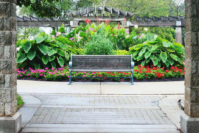 Parkbank, Bloemtuin, Eichelman-Park, Kenosha, Wisconsin royalty-vrije stock foto