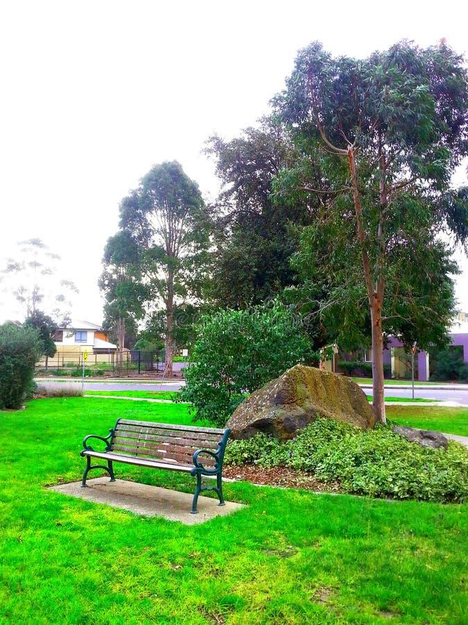 Parkbank im Herbst stockbild