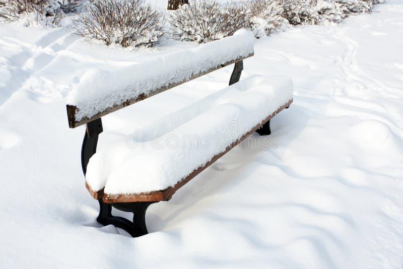 Parkbank in sneeuw
