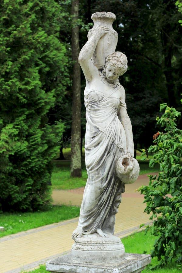 """Parkbeeldhouwwerk bij het Sanatorium """"Marmeren PalaceÂ"""" Een meisje met stock foto"""