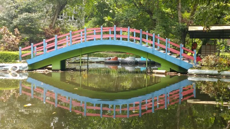 Parkbrücke stockfotografie