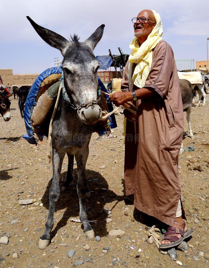 Parkeerden de oude mensen en zijn ezel in souk van de stad van Rissani in Marokko royalty-vrije stock foto