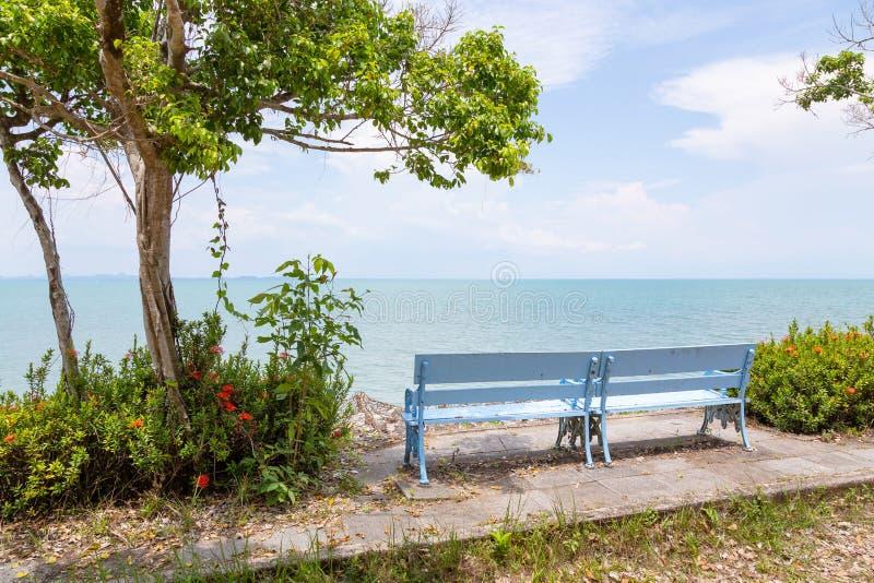 Parkeerplaats, de onderbrekingspunt van de kustauto, meningspunt met stoel, ontspanningszitting op bank die uit in de langs omrin stock afbeelding