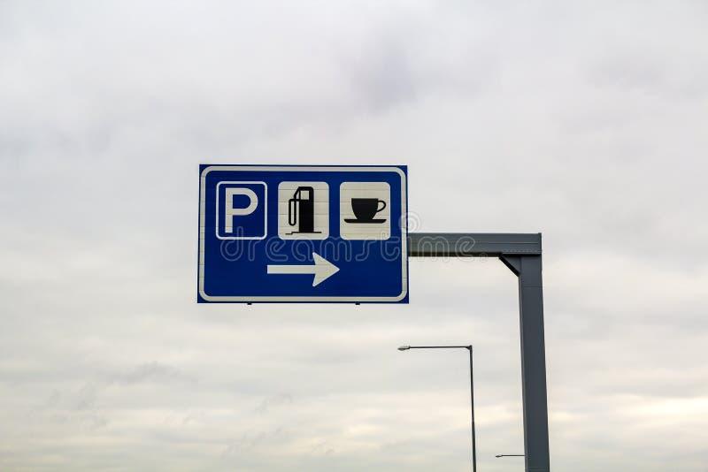 Parkeerplaatsteken op een pool op snelwegweg stock afbeeldingen