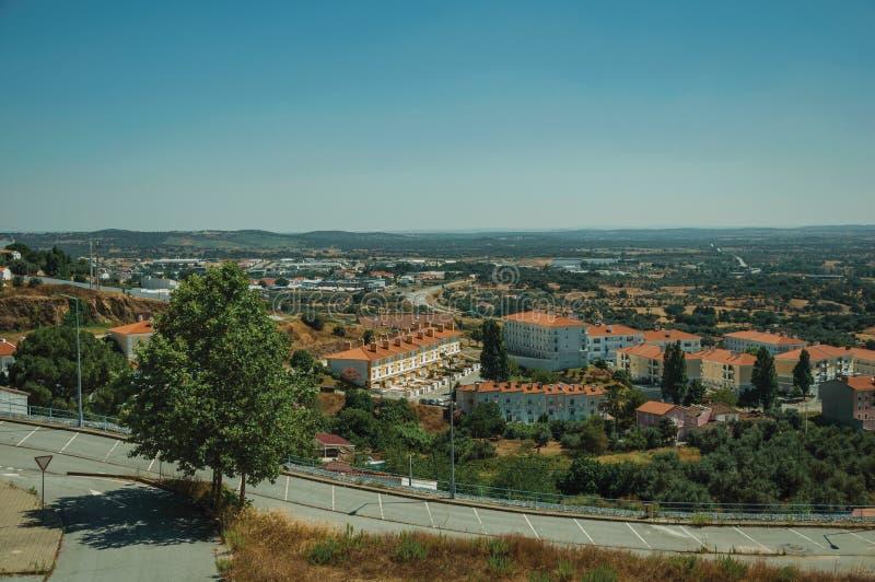 Parkeerterrein bovenop heuvel met flats in een complexe huisvesting stock foto's