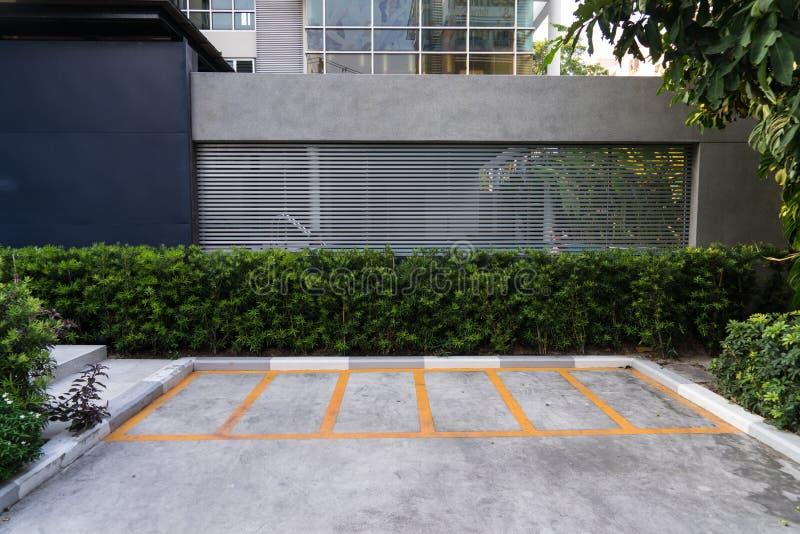 parkeerterrein, duidelijk met gele lijnen stock afbeelding