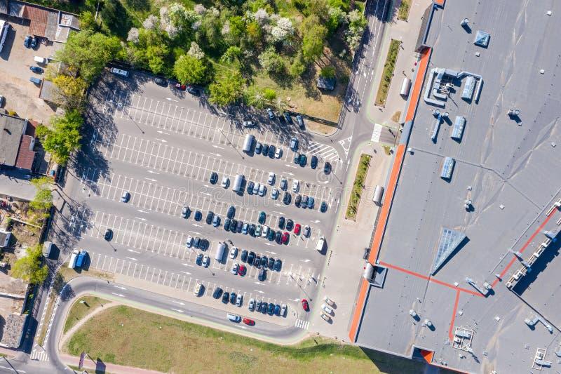 Parkeerterrein, lucht hoogste mening heel wat die auto's dichtbij stadswinkelcomplex worden geparkeerd royalty-vrije stock afbeelding