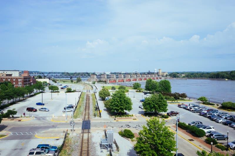 Parkeerterreinen, tran spoor, en de Rivier van de Mississippi, in Davenport, Iowa, de V.S. stock afbeeldingen