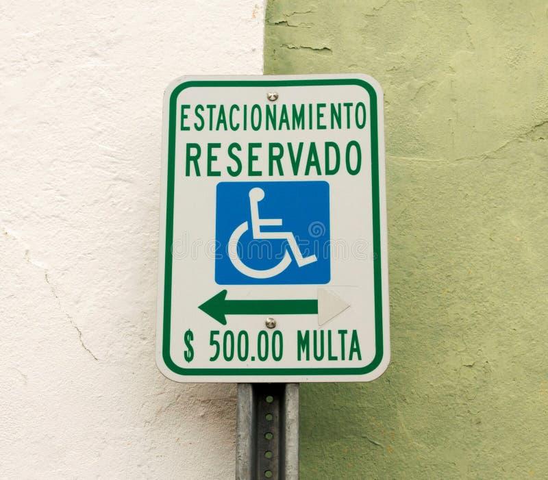 Parken aufgehoben für behindert nur auf spanisch lizenzfreie stockbilder