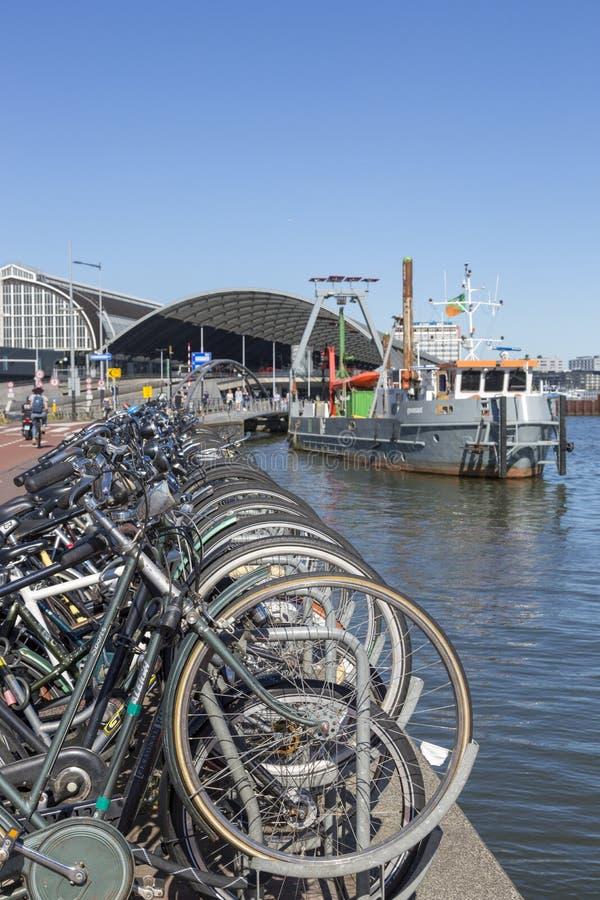 Parken für Fahrräder auf dem Damm von Amsterdam stockbild