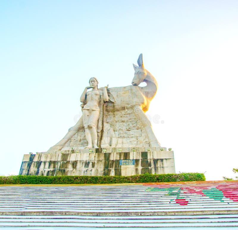 Parken Sie auf einem hohen Berg in China, Hirsch drehte seinen Kopf hohe Statue eines Mädchens mit einem Freund eine nationale Le stockfotografie