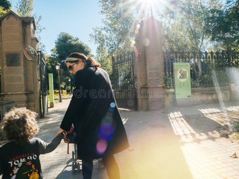 parken Sie de Ciutadella im Sonnenlicht, Barcelona-allein erziehende Mutter mit ki lizenzfreies stockfoto
