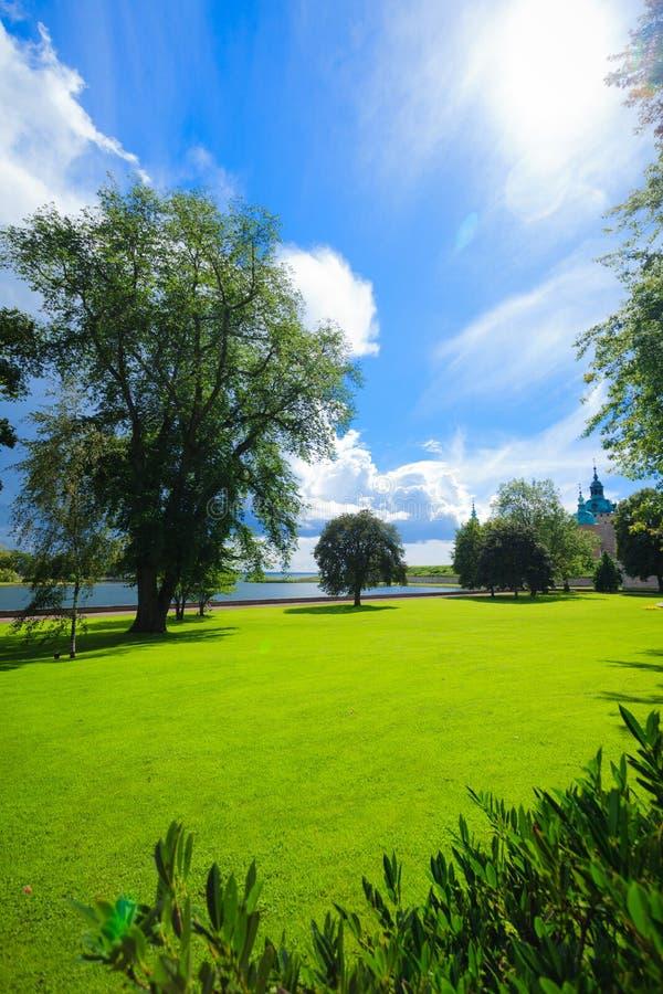 Parken Sie durch historisches Kalmar-Schloss in Schweden Skandinavien Europa stockfotografie